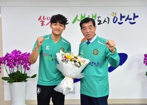 황태현(왼쪽) 선수와 윤화섭 안산시장