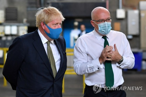 트럼프 이어 영국 존슨도 공개 석상에 마스크 쓰고 등장