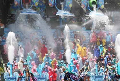 전국이 여름 바다에 풍덩…유명산·축제장도 인파로 넘실넘실