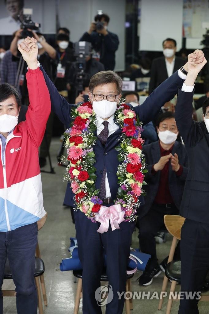 釜山市長選 野党が勝利