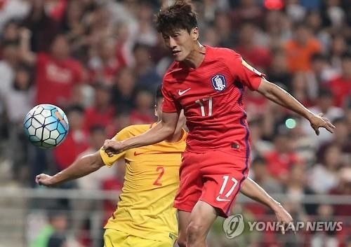 South Korean midfielder Lee Chung-yong heads in the team's second goal against China in their World Cup qualifying match at Seoul World Cup Stadium on Sept. 1, 2016. South Korea won 3-2. (Yonhap)