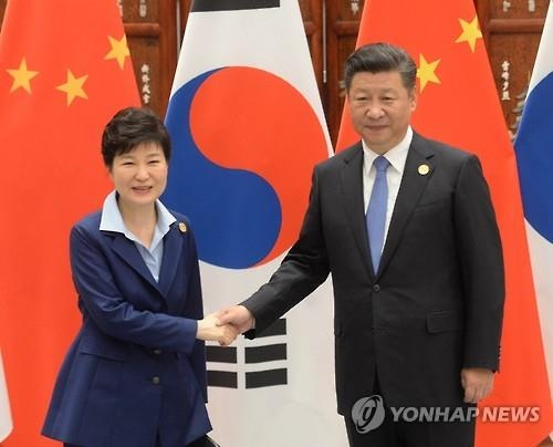 President Park Geun-hye (L) shakes hands with her Chinese counterpart Xi Jinping before their talks on the sidelines of the summit of the Group of 20 leading economies in Hangzhou, eastern China, on Sept. 5, 2016. (Yonhap)