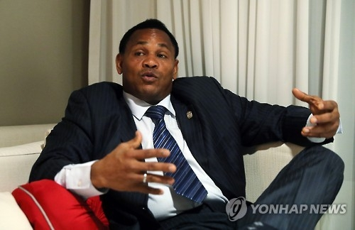 Panamanian politician Hector Carrasquilla speaks during a interview at a Seoul hotel on Sept. 6, 2016. The former boxer will meet his old South Korean rival Hong Soo-hwan, who previously defeated him in a match for the World Boxing Association (WBA) super bantamweight title in 1977. (Yonhap)
