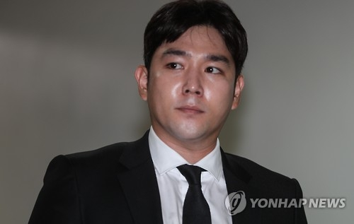Kangin, a member of K-pop boy band Super Junior enters the Seoul Central District Court on Aug. 17, 2016, to stand trial on charges of causing a traffic accident while under the influence of alcohol in May. The court ordered him to pay a fine of 7 million won (US$6,400) on Sept. 7. (Yonhap)