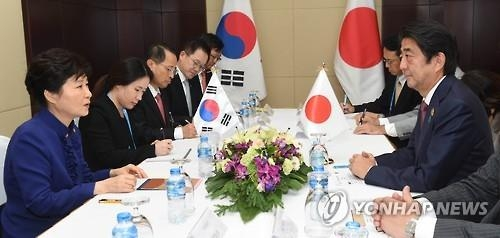 This photo, taken on Sept. 7, 2016, shows President Park Geun-hye holding a summit with Japanese Prime Minister Shinzo Abe on the sidelines of ASEAN-related summits in the Laotian capital of Vientiane. (Yonhap)