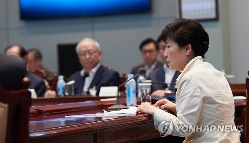 President Park Geun-hye (R) presides over a meeting with top security and foreign policy officials at the presidential office Cheong Wa Dae in Seoul on Sept. 9, 2016, over North Korea's latest nuclear test, in this photo provided by the presidential office. (Yonhap)