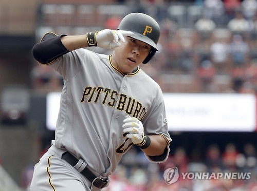 In this Associated Press photo, Kang Jung-ho of the Pittsburgh Pirates rounds the bases after hitting a three-run home run during the first inning against the St. Louis Cardinals on Oct. 1, 2016. (Yonhap)