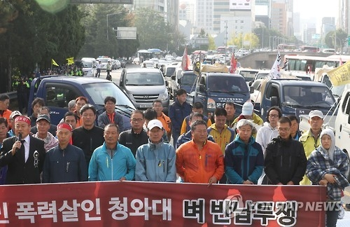 South Korean farmers hold a press conference near the Hannam Grand Bridge in southern Seoul on Oct. 6, 2016, after their attempt to march towards the Seoul Government Complex in downtown in protest of rice price plunge was thwarted by police. (Yonhap)