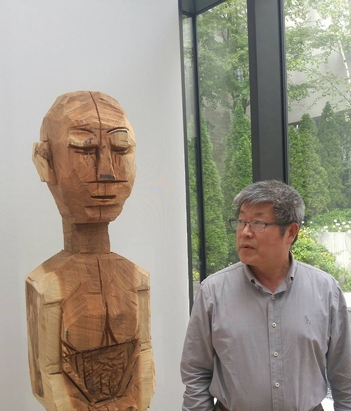 Artist Suh Yong-sun poses for a photo at Kim Chong Yung Museum in Seoul on Oct. 7, 2016. (Yonhap)