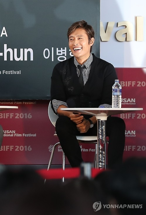 "Actor Lee Byung-hun smiles during the ""Open Talk"" outdoor interview program hosted by the Korean film reporters' association at the 21st Busan International Film Festival on Oct. 7, 2016. (Yonhap)"