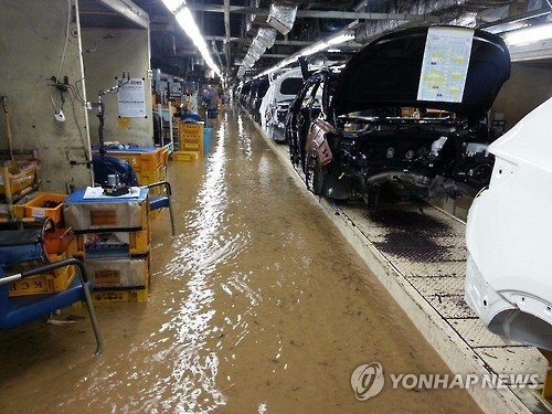 A production line of Hyundai Motor Co. in the southern industrial city of Ulsan is flooded in this photo released by the Korean Confederation of Trade Unions on Oct. 6, 2016. (Yonhap)
