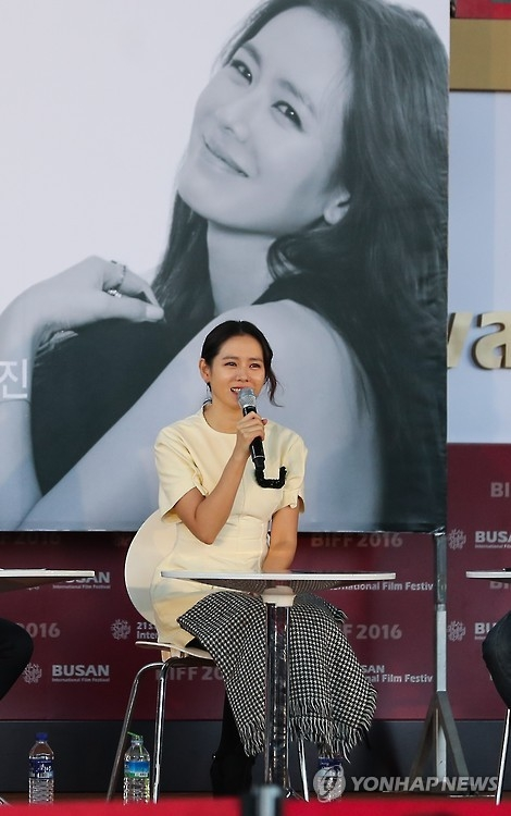 South Korean actress Son Ye-jin attends an open talk session at the 21th Busan International Film Festival (BIFF) in Busan, 450 kilometers southeast of Seoul, on Oct. 8, 2016. (Yonhap)