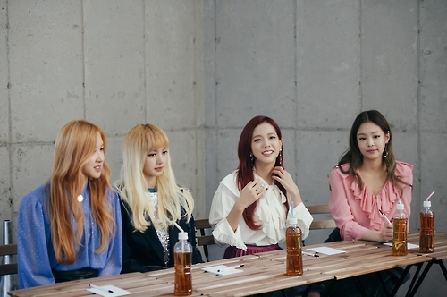"Rose, Lisa, Jisoo and Jennie (from L to R) of South Korean girl group BLACKPINK attend a group interview for their second and latest EP ""Square Two"" in central Seoul on Nov. 2, 2016. (Yonhap)"