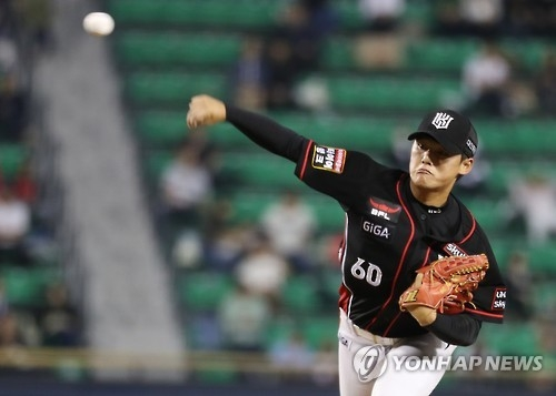 In this file photo taken on Sept. 22, 2016, Ju Kwon of the KT Wiz throws a pitch against the Doosan Bears in their Korea Baseball Organization regular season game at Jamsil Stadium in Seoul. (Yonhap)