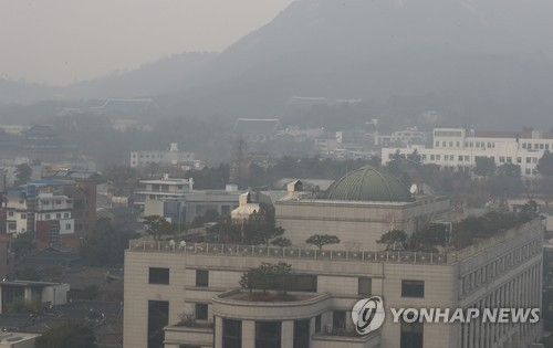 This photo, taken on Jan. 2, 2017, shows the Constitutional Court (front) and the presidential office Cheong Wa Dae in the background. (Yonhap)