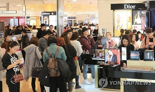The photo, taken on Jan. 5, 2017, shows a number of tourists and visitors shopping at a duty-free shop in Seoul, South Korea. A rise in Chinese tourists to South Korea has also led to a sharp increase in the number of duty-free shops here. (Yonhap)