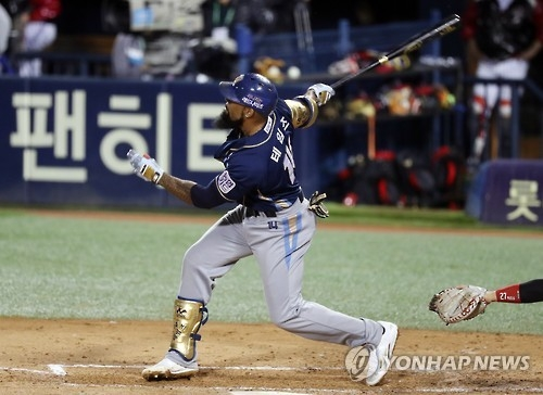 In this file photo taken on Oct. 25, 2016, Eric Thames, then of the NC Dinos in the Korea Baseball Organization, hits a solo shot against the LG Twins in their second-round postseason game at Jamsil Stadium in Seoul. (Yonhap)