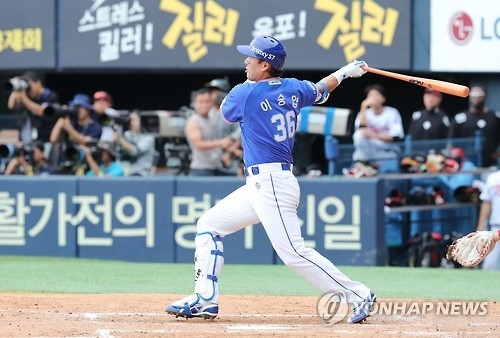 In this file photo taken on Sept. 18, 2016, Lee Seung-yuop of the Samsung Lions hits a single against the LG Twins during their Korea Baseball Organization regular season game at Jamsil Stadium in Seoul. (Yonhap)