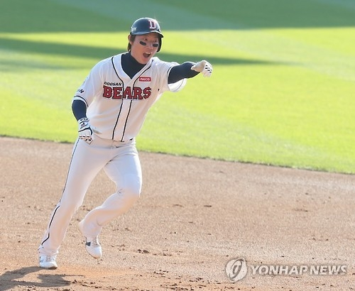 In this file photo taken on Oct. 31, 2015, Ko Young-min, then of the Doosan Bears, celebrates a hit against the Samsung Lions during the Korean Series at Jamsil Stadium in Seoul. (Yonhap)