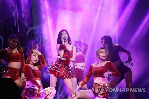 "Seohyun (C) of Girls' Generation showcases her new song ""Don't Say No"" at a media event in Seoul on Jan. 16, 2017. (Yonhap)"