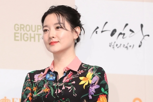"Lee Young-ae, star of the upcoming SBS TV show ""Saimdang, Memoir of Colors,"" poses for the camera during a media event held Jan. 24, 2017 at the Lotte Hotel in Seoul (Yonhap)"