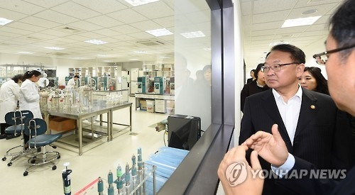 Finance Minister Yoo Il-ho visits a life science laboratory in Incheon in 2016. (Yonhap file photo)
