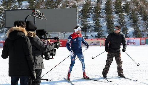 In this photo provided by the Korean Culture and Information Service, actor Jonathan Bennett (R) receives skiing tips from American cross-country skier Andrew Newell at the PyeongChang Alpensia Cross-Country Skiing Center on Feb. 2, 2017. The two are being filmed for NBC's videos previewing the 2018 PyeongChang Winter Olympics. (Yonhap)