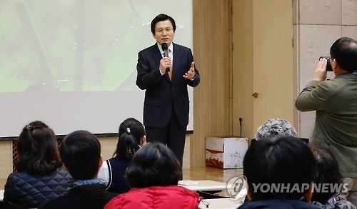 Acting President and Prime Minister Hwang Kyo-ahn speaks during his visit to the Seoul Community Rehabilitation Center in Seoul on Feb. 7, 2017. (Yonhap)