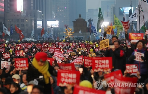 Citizens demand President Park Geun-hye's arrest at a candlelight rally on Gwanghwamun Square in Seoul on Feb. 4, 2017. (Yonhap)