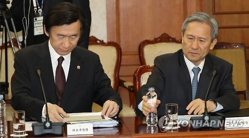 Foreign Minister Yun Byung-se (L) and Kim Kwan-jin, chief of South Korea's National Security Office. (Yonhap file photo)