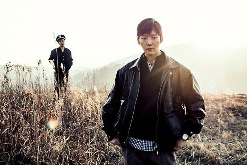 "This image provided by OCN shows a scene from the new crime show ""Tunnel"" featuring actor Choi Jin-hyuk (R). (Yonhap)"