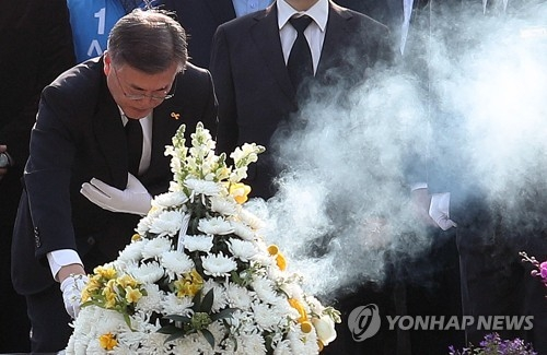 Moon Jae-in, the presidential candidate of the liberal Democratic Party, burns incenses to pay respect to the late former President Roh Moo-hyun while visiting Roh's tomb in Gimhae, located some 450 kilometers south of Seoul, on April 4, 2017. (Yonhap)