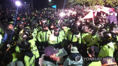 Residents in Seongju clash with police over the transportation of THAAD equipment on April 26, 2017. (Yonhap)