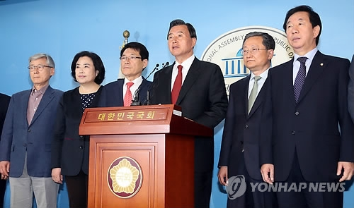 A group of 13 lawmakers announces their defection from the conservative Bareun Party at the National Assembly in Seoul on May 2, 2017. (Yonhap)