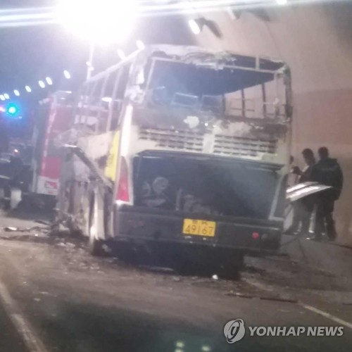 This provided photo shows the bus that was gutted by a fire inside the Taojiakuang Tunnel in Weihai, Shandong Province, China, on May 9, 2017. (Yonhap)