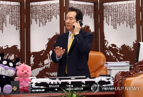 South Korea's National Assembly Speaker Chung Sye-kyun makes a phone call at his office in Seoul on June 5, 2017. (Yonhap)