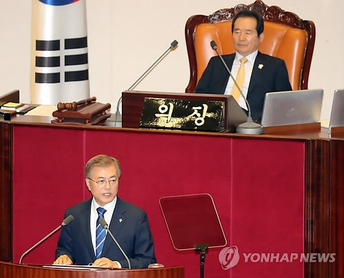 President Moon Jae-in (front) delivers his state of the nation address at the National Assembly in Seoul on June 12, 2017. (Yonhap)