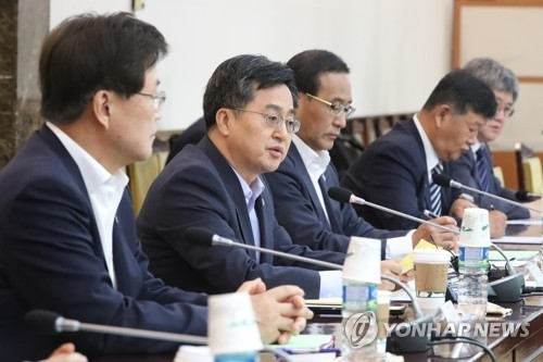 South Korea's Finance Minister Kim Dong-yeon (2nd from L) speaks at a policy meeting in Seoul on June 13, 2017. (Yonhap)