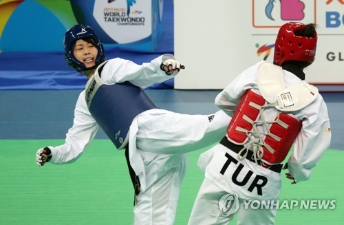 Lee Ah-reum of South Korea (L) fights Hatice Kubra Ilgun of Turkey in the final of the women's under-57kg at the World Taekwondo Federation (WTF) World Taekwondo Championships at T1 Arena in Muju, North Jeolla Province, on June 30, 2017. (Yonhap)