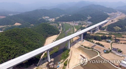 This file photo, taken on May 29, 2017, shows an expressway that runs from east Hongcheon to Yangyang in Gangwon Province in Dongseo Expressway. (Yonhap)