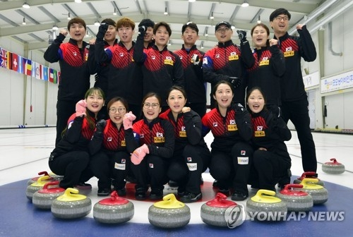 Members of the South Korean men's, women's and mixed doubles curling teams pose for pictures during the national team media day at Euiseong Curling Center in Euiseong, North Gyeongsang Province, on Aug. 11, 2017. (Yonhap)