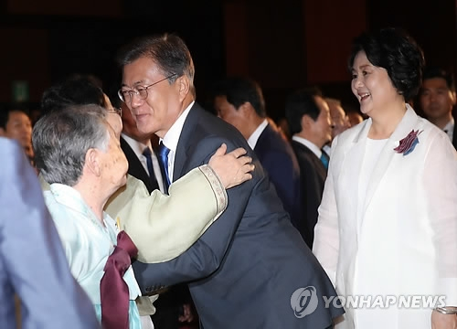 President Moon Jae-in (second from R) greets a former forced sexual slave for the Japanese military during World War II at a ceremony marking the 72nd anniversary of the country's liberation from the 1910-1945 Japanese colonial rule held in Seoul on Aug. 15, 2017. (Yonhap)