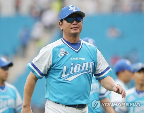 In this file photo taken on Sept. 11, 2016, Ryu Joong-il, then manager of the Samsung Lions in the Korea Baseball Organization, returns to his dugout after a 2-0 victory over the NC Dinos at Daegu Samsung Lions Park in Daegu. Ryu was named new manager of the LG Twins on Oct. 3, 2017. (Yonhap)
