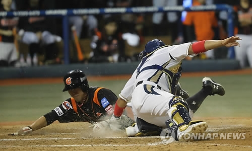 Jeon Jun-woo of the Lotte Giants (L) is tagged out at home plate by Kim Tae-gun of the NC Dinos in the top of the sixth inning in Game 3 of the clubs' first round Korea Baseball Organization postseason series at Masan Stadium in Changwon, South Gyeongsang Province, on Oct. 11, 2017. (Yonhap)