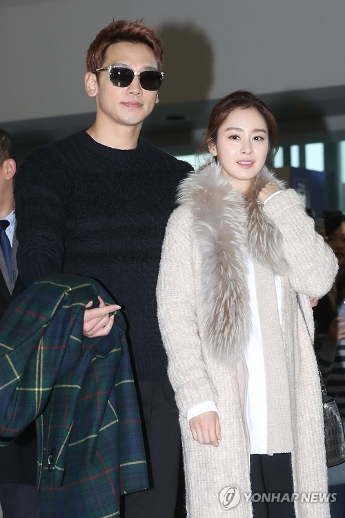 In this file photo, singer Rain and actress Kim Tae-hee pose for a photo at Incheon International Airport before leaving for their honeymoon on the Indonesian resort island of Bali on Jan. 22, 2017. (Yonhap)