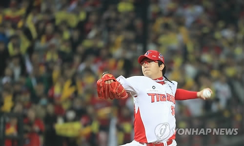 Yang Hyeon-jong of the Kia Tigers throws a pitch against the Doosan Bears in the top of the ninth inning in Game 2 of the Korean Series at Gwangju-Kia Champions Field in Gwangju on Oct. 26, 2017. (Yonhap)