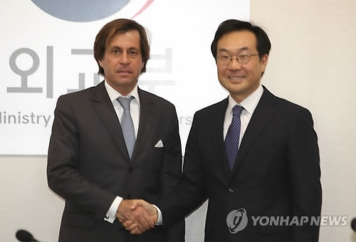 Lee Do-hoon (R), South Korea's special representative for Korean Peninsula peace and security affairs, shakes hands with his French counterpart Nicolas de Riviere at a meeting in Seoul on Dec. 5, 2017, to discuss their coordinated approach toward North Korea's nuclear problem. (Yonhap)