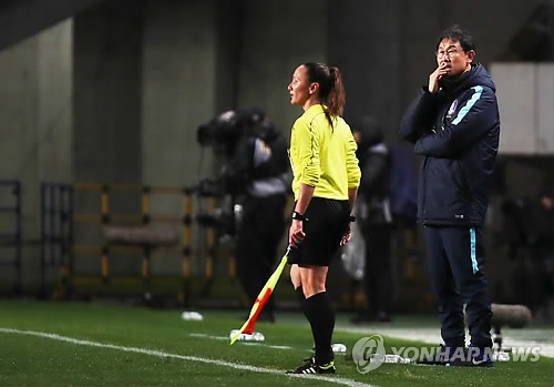 South Korea women's national football team head coach Yoon Duk-yeo watches his players in their match against Japan at the East Asian Football Federation (EAFF) E-1 Football Championship at Soga Sports Park in Chiba, Japan, on Dec. 8, 2017. (Yonhap)