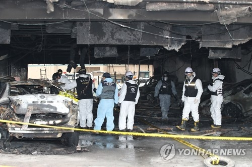 Investigators from the national crime lab conduct a second on-site investigation at the parking lot of the gym building in Jecheon on Dec. 23, 2017, two days after a blaze enveloped the facility and killed 29 people with 26 others injured. (Yonhap)