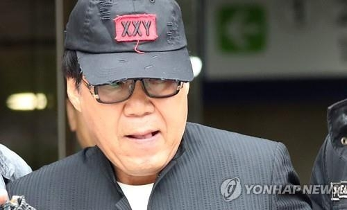 Singer-artist Cho Young-nam leaves the Seoul Central District Court on Oct. 18, 2017, after the court sentenced him 10 months in prison, suspended for two years, for defrauding buyers of his paintings by hiring ghost painters. (Yonhap)